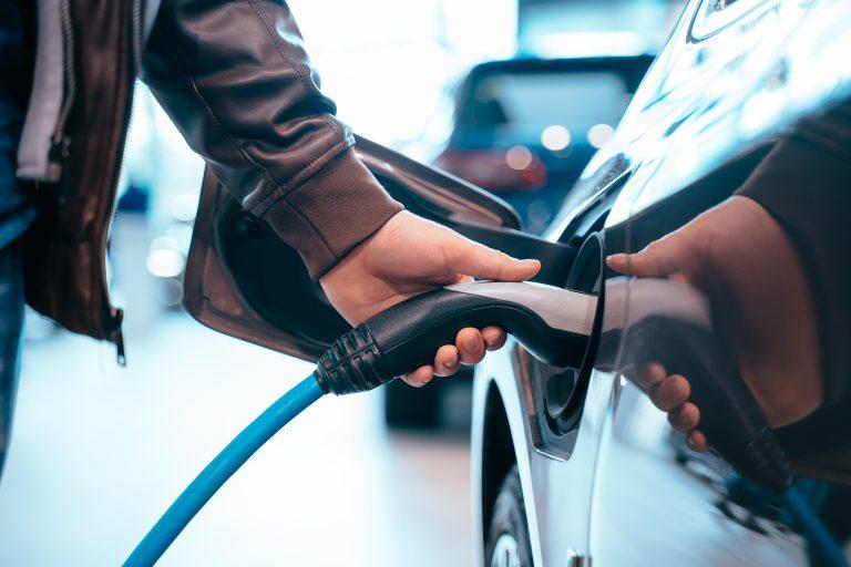 Εγκατάσταση φορτιστών ηλεκτρικών αυτοκινήτων στους χώρους στάθμευσης